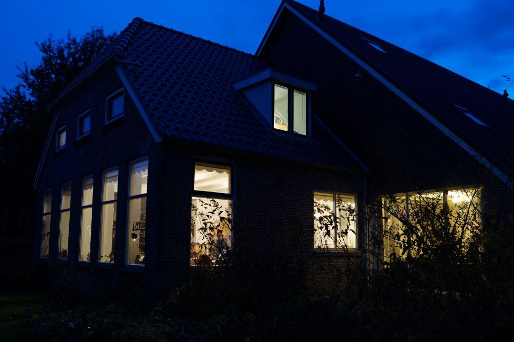 Gezinshuis in de avond